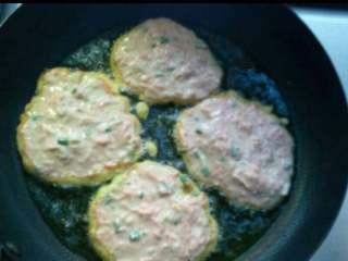 胡萝卜丝饼,10.锅热下油,油热分四勺面糊,下锅煎制