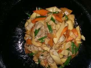 吃鸡+鸡腿菇(杏鲍菇)炒肉,加入葱段,翻炒几下即可起锅