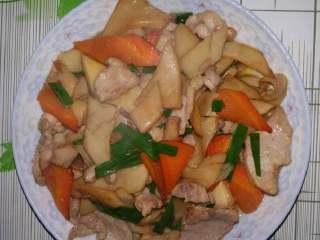 吃鸡+鸡腿菇(杏鲍菇)炒肉,装盘