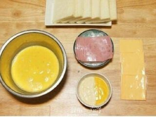 鸡蛋液土司,材料: 切片面包6片 切片火腿  切片芝士若干 鸡蛋 蛋黄酱 黄芥末