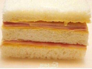 鸡蛋液土司,材料摆放顺序:面包(芥末+蛋黄酱)+芝士+火腿+面包(芥末蛋黄酱)+芝士+火腿 芥末和蛋黄酱分别各涂一半