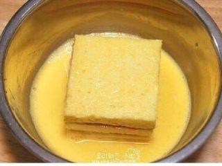 鸡蛋液土司,把鸡蛋打成蛋液 放刚夹好东西的面包进去裹蛋液
