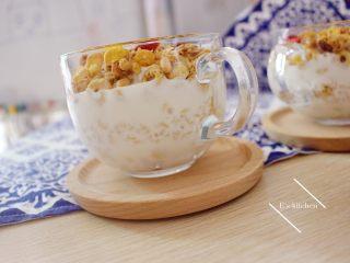 酸奶麦片早餐,在最底部放入适量麦圈(按个人食量)