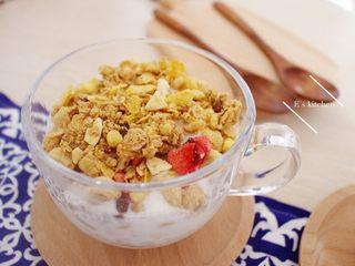 酸奶麦片早餐,再放一层卜卜米