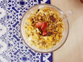 酸奶麦片早餐,面头撒上水果麦片
