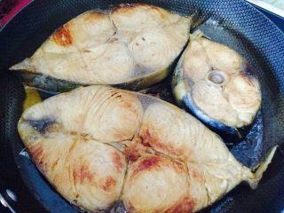 香煎马鲛鱼,放马鲛鱼块煎至焦黄色即可 放一小滴生抽提色
