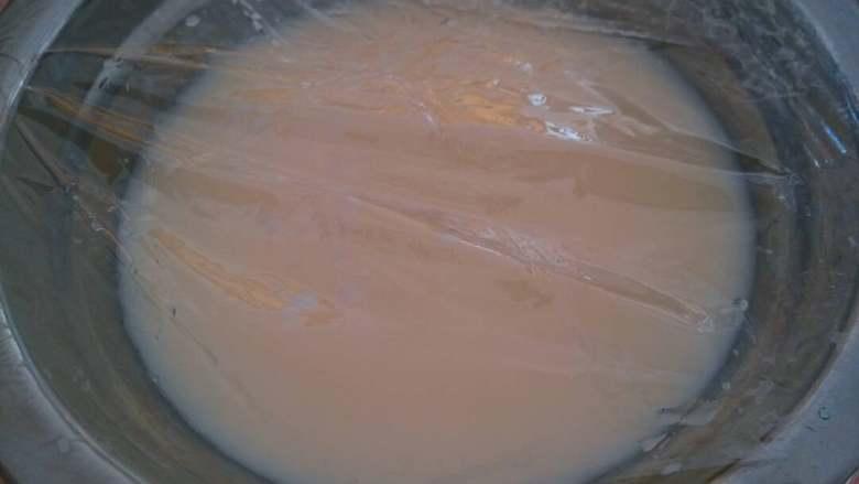 双皮奶,再盖上保鲜膜上蒸锅蒸几分钟,如果量多就多蒸一会。