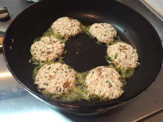香煎豆腐香菇,煎小火,微微煎一下即可,因为豆干、香菇都已经煮了一下哈