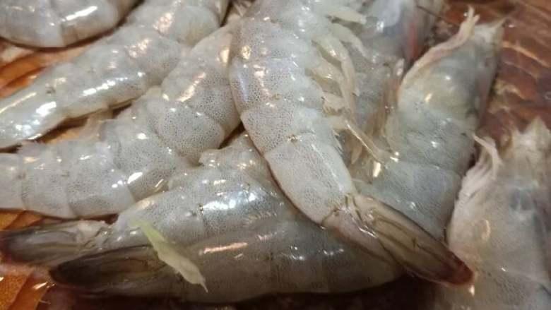 青虾炒莴苣,去虾眼睛和虾枪,也可以学我一剪刀剪下去。虾肠现在不去,吃的时候也要去。
