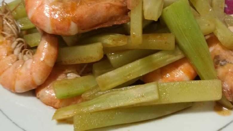 青虾炒莴苣,出锅。有肉有菜,味道鲜美。