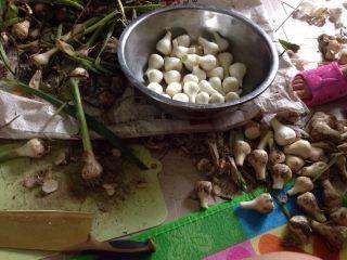 家庭腌糖蒜,将买来的蒜扒皮,切梗。皮多扒下去几层,防止不入味。