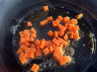 鸡肉浓汤—好浓的一碗鸡汤,在小锅中加热少许黄油。加入胡萝卜,用高温煸炒4-5分钟,至胡萝卜呈金色。