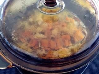 鸡肉浓汤—好浓的一碗鸡汤,调至中高温,煮至汤汁减少三分之一,取出备用