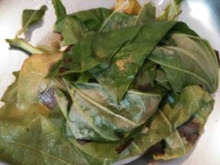 荷叶绿豆汤,煮好后把荷叶捞出去掉