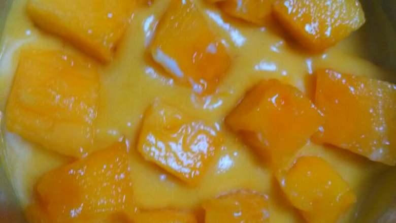 芒果流心慕斯,往蛋糕上倒一层慕斯糊,再摆上芒果丁
