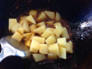 香辣土豆块,转大火,下土豆炒至土豆起脆皮。