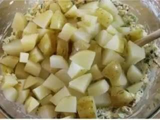 土豆沙拉,把冷却好的熟土豆切小块加入奶酪沙拉酱中,充分混合。