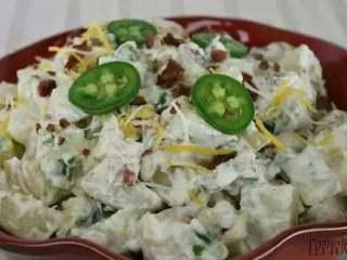 土豆沙拉,把料理好的土豆沙拉放入冰箱冷却至少2个小时,然后就可以尝到清爽可口的土豆沙拉啦~