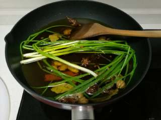 秘制糍粑辣椒酱,除糍粑辣椒外,其余香料全放入冷油锅,开中火