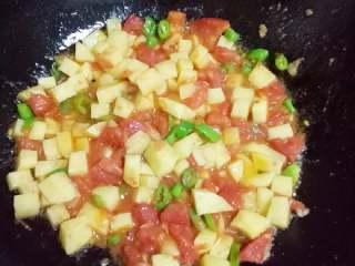 咖喱米饭,炒西红柿~土豆~土豆比较耐炒,多炒会儿,有点抓锅的话,加少许水~