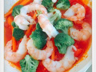 番茄炖阿根廷红虾配五色意大利面,依次放入虾,西兰花,胡萝卜,炖煮