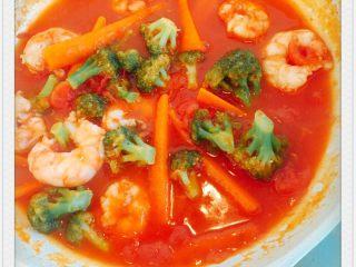 番茄炖阿根廷红虾配五色意大利面,小火炖熟,收汁