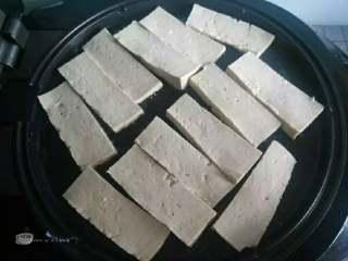 酱料汁香煎豆腐,豆腐切片放入煎至
