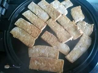 酱料汁香煎豆腐,下面煎黄后翻一面再煎一分钟