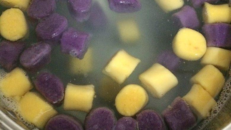 芋圆,水开后放锅里煮,水开后加点凉水,如此反复两三次