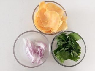 紅薯千層烘蛋餅-甜甜的,香香的,滑滑的,洋蔥切細條,蔬菜切碎