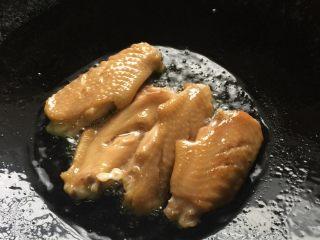 芝香可乐鸡翅,大火热锅放油,看到油温上升有点点声音就关小火,把鸡翅逐渐下锅煎