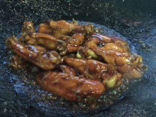 芝香可乐鸡翅,鸡翅焖煮至收汁就可以