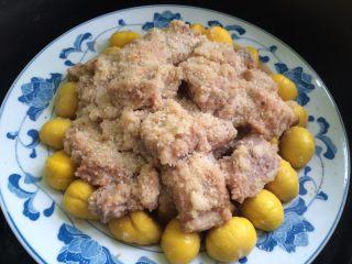 粉蒸排骨栗子,把排骨放到栗子的上面,放到锅里蒸三十分钟,就熟了