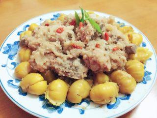 粉蒸排骨栗子,在上面撒上几粒提前用开水泡好的杞子和菜叶装饰一下,成品