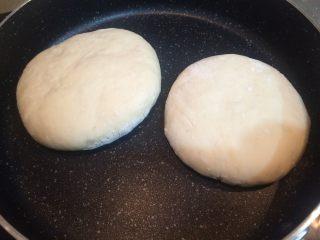 班尼迪克蛋 英式马芬 水波蛋 荷兰酱做法,平底锅加热,中小火放入发酵好的面饼,每两分钟翻一次面,一共煎15分钟左右,至英式马芬熟透。