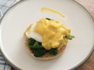 班尼迪克蛋 英式马芬 水波蛋 荷兰酱做法,按次序放上英式马芬、火腿或鸡蛋、菠菜、水波蛋、荷兰酱就是班尼迪克蛋啦!!