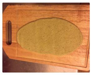 红豆酥,用擀面杖将小团擀成牛舌状(椭圆形),然后从上往下卷起。盖上保鲜膜,松弛10分钟。