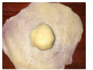 红豆酥,取一份步骤三中的油皮,压扁,取一份步骤二中的油酥放置在油皮中间。包好收口,收口要紧。收口朝下放置。 (图源于网络)