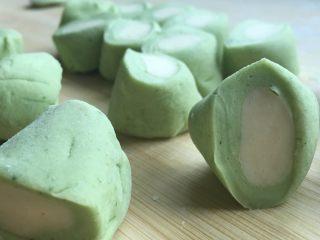 翡翠白玉饺子,用到切成剂子,侧面如图。