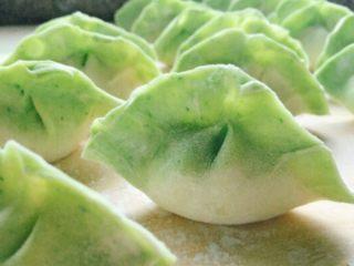 翡翠白玉饺子,将拌好的馅儿包好,如图。