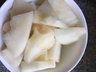 夏日风情水果蔬菜吐司串,冰镇过的哈密瓜切片,放碗里备用。是否需要冰镇,厚度、大小可根据口感调整,