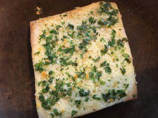 夏日风情水果蔬菜吐司串,切片面包去除四边,两面涂上蔬菜蛋液。