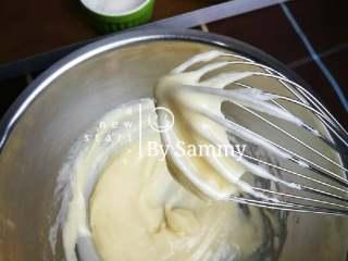 织女也疯狂 — 【爱心蛋糕卷】,倒入低粉,用蛋抽搅拌均匀,似浆糊状态。