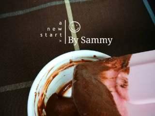 织女也疯狂 — 【爱心蛋糕卷】,取三勺蛋糕糊与融化后的黑巧克力混合均匀,装入裱花袋,剪小口。