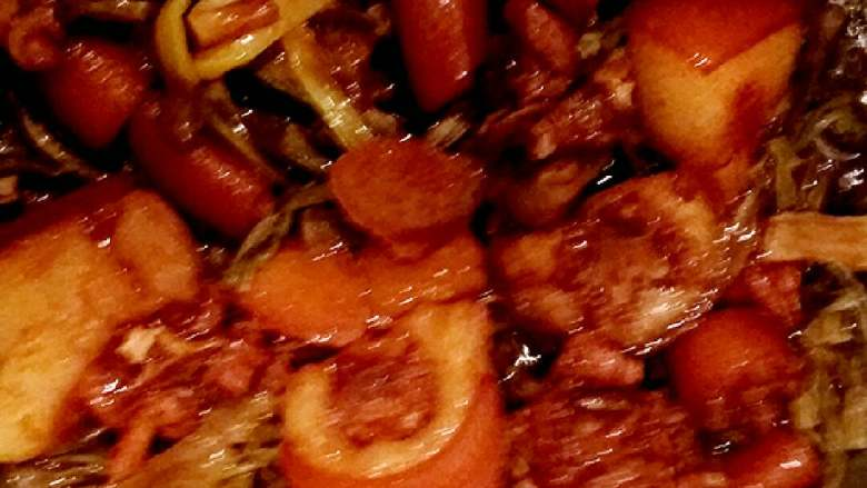 猪尾巴焖豇豆干(红烧),另起高压锅底部放入豇豆干,再把上色过的猪尾巴倒入,盖好上气后转小火慢慢炖至13-15分钟,关火焖一下