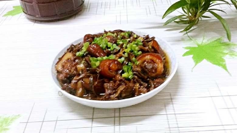 猪尾巴焖豇豆干(红烧),出锅装盘撒上葱花即可食用。豇豆干完全吸收了猪尾巴的汤汁,非常好吃。