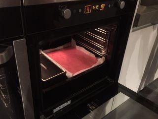 红丝绒蛋糕卷,预热烤箱10分钟,然后把烤盆放在烤箱的中下层,用180度旋风烤20分钟左右。