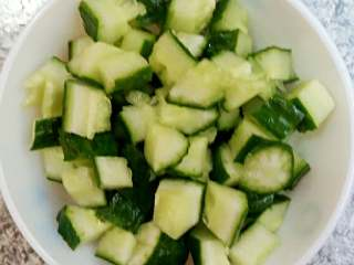 黄瓜猕猴桃汁,黄瓜洗净但不能去皮,刨开去籽,切成丁备用。