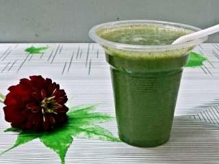 黄瓜猕猴桃汁,放入冰箱冷藏一下吃更爽。
