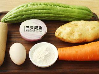 苦瓜酿土豆泥,准备好所需食材,将土豆、胡萝卜去皮备用,鸡蛋、洋葱半个、火腿、苦瓜